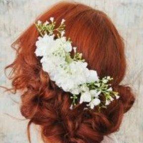 Coiffure de mariage chignon sur le côté et broche fleurie