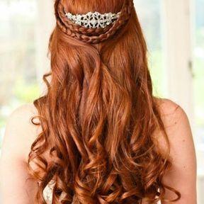 Coiffure de mariage larges boucles avec tresses et bijou