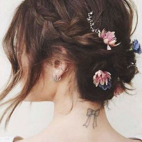 Coiffure de mariage pour cheveux courts avec tresses et fleurs