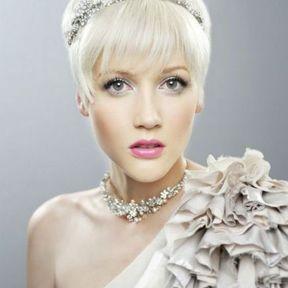 Coiffure de mariage pour cheveux très courts avec frange et bijou
