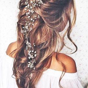 Coiffure de mariage cheveux ondulés avec des fleurs