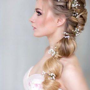 Queue de cheval de mariage ondulée avec tresse couronne et fleurs