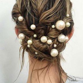 Une coiffure avec des perles