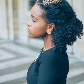 Une coiffure avec un accessoire