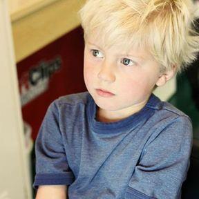 Coupe garçon cheveux blonds