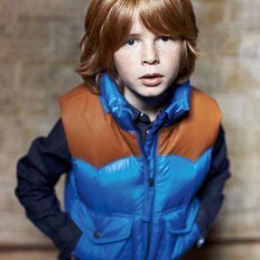 Coupe garçon modèle avec une frange