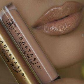 Le gloss nude aux touches dorées