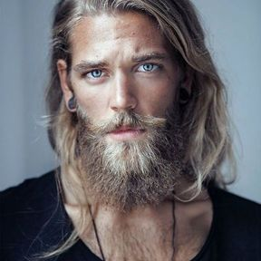 Beau gosse à barbe blond