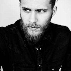 Beau gosse à barbe courte