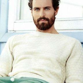 Beau gosse à barbe aux yeux bleus