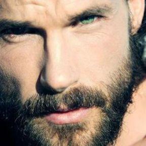 Beau gosse à barbe aux yeux verts