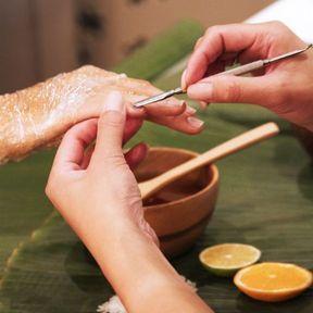 Un gommage des mains et un enveloppement au miel chez Nailsparis