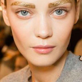 Maquillage Noël sourcils dorés