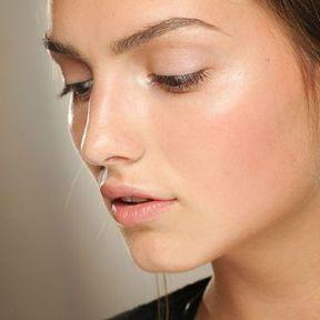 Maquillage nude avec cheveux bruns