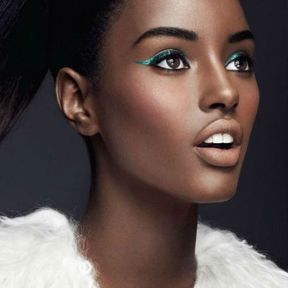 Maquillage yeux marron avec un liner vert