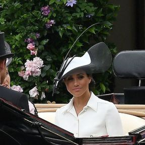Le chapeau noir et blanc