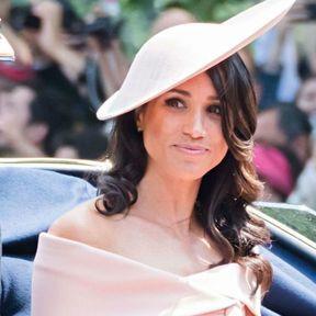 Les cheveux ondulés avec un chapeau