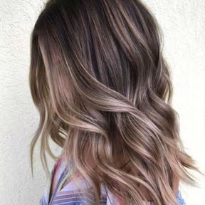 Mushroom blonde sur cheveux wavy mi-longs
