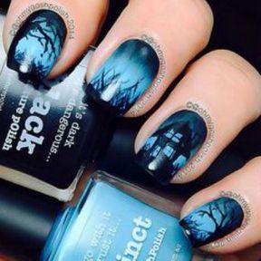 Nail art Halloween forêt bleue
