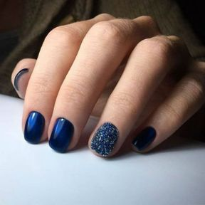 Nail art bleu nuit