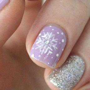 Nail art flocon violet