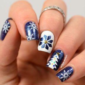 Nail art flocons blancs et bleus
