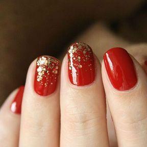 Nail art rouge avec paillettes