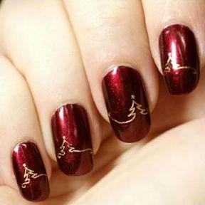 Nail art rouge sapins de noël