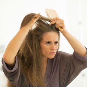 Les cheveux secs en voulant camoufler des cheveux blancs