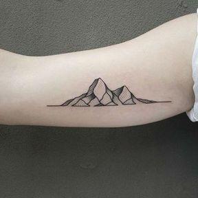 Tatouage biceps montagnes