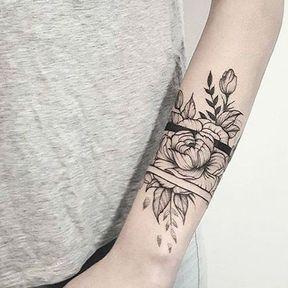 Tatouage bras fleurs