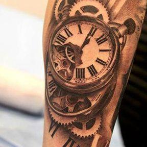 Tatouage bras horloge