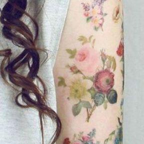 Tatouage de fleurs romantiques