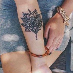 Tatouage de mandala sur l'avant du bras