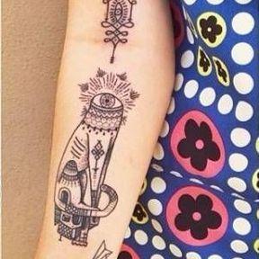 Tatouage graphique à l'intérieur du bras