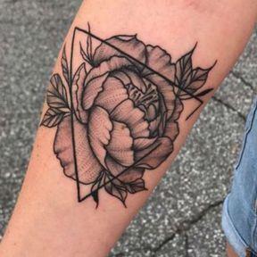 Tatouage motif triangle et fleur