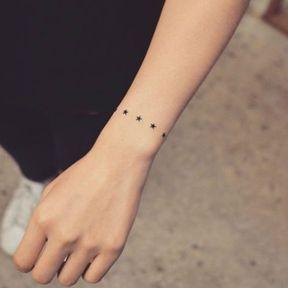 Tatouage ligne d'étoiles