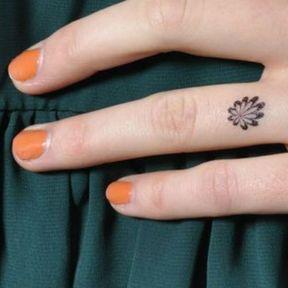 Tattoo discret doigt