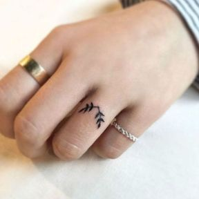 Tatouage doigt branches