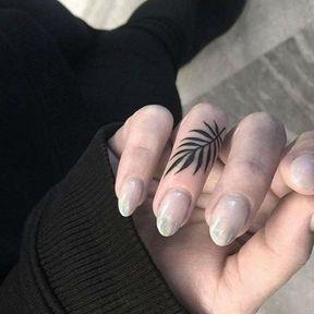 Tatouage doigt feuille d'arbre