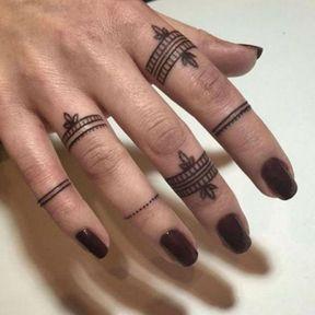 Tatouages doigts bagues