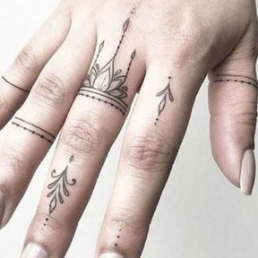 Multiples tatouages doigts