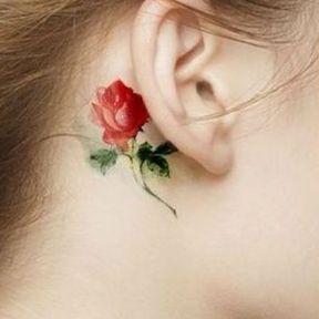 Tatouage derrière l'oreille