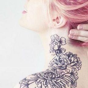 Tatouage du cou à l'épaule