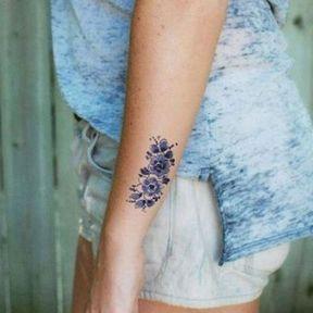 Tatouage sur le côté de l'avant-bras