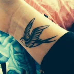 Modèle tatouage hirondelle poignet