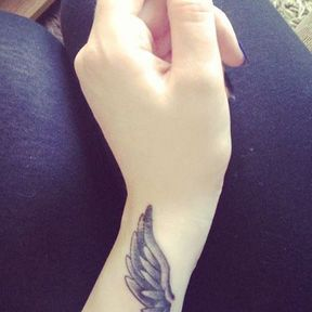 Tatouage ailes poignet