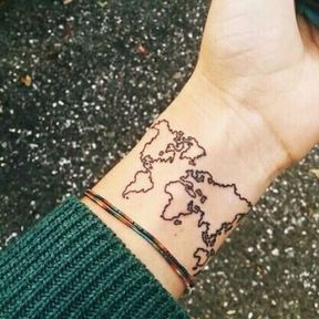 Tatouage carte du monde poignet