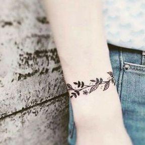 Tatouage feuilles enroulées