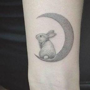 Tatouage poignet lune